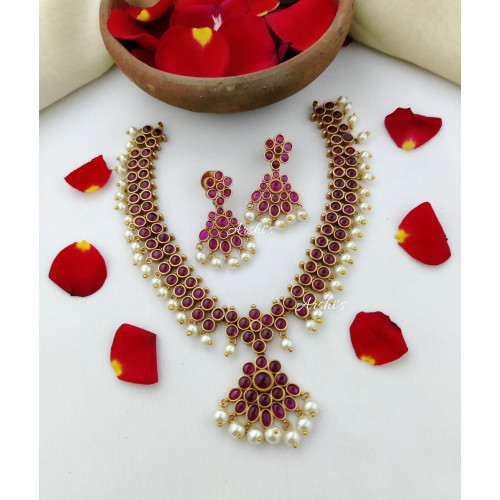 Elegant Real Kemp with Pearl Necklace